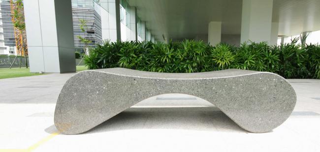 monolitikus köztéri pihenő pad